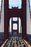 Véhicules croisant le pont en porte d'or photo libre de droits
