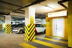 Véhicules dans le parking image libre de droits