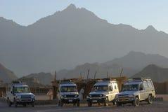 Véhicules dans un désert Images libres de droits