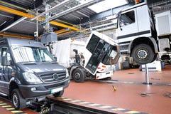 Véhicules dans un garage - réparation et inspection des voitures sur un liftin image libre de droits
