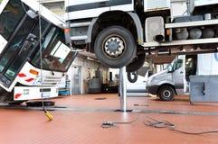 Véhicules dans un garage - réparation et inspection des voitures sur un liftin images stock