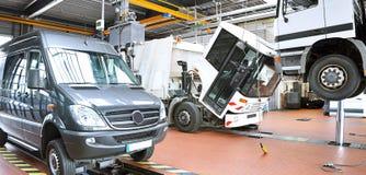 Véhicules dans un garage - réparation et inspection des voitures sur un liftin image stock