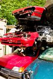 Véhicules de chute dans un junkyard Photos stock