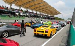 Véhicules de sport de luxe joignant un événement au GT SUPERBE Images stock
