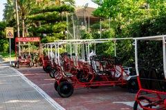 Véhicules de touristes de location garés de tricycle sur une des rues dans Alcudia Photo stock