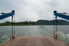 Véhicules de transfert de plate-forme de ferry-boat de voiture vers l'île photographie stock libre de droits