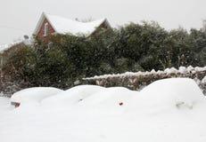 Véhicules enterrés dans la neige Images libres de droits