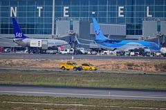 Véhicules et avions d'aéroport Photos libres de droits