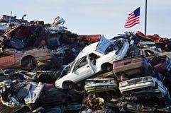 Véhicules et indicateur américain écrasés photo libre de droits