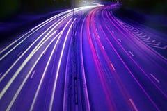 Véhicules la nuit avec la tache floue de mouvement. Photo stock
