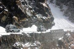 Véhicules négociant un éboulement au Sikkim oriental Image libre de droits
