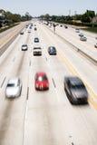 Véhicules passant l'autoroute photo libre de droits