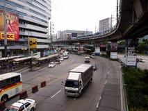 Véhicules publics et privés de transport le long d'EDSA photo stock