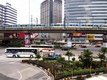 Véhicules publics et privés de transport le long d'EDSA photographie stock libre de droits