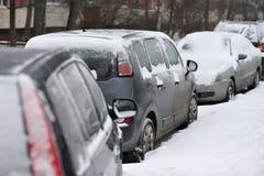 Véhicules Snow-covered la neige a couvert la neige Image stock