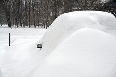 Véhicules sous la neige. Image stock