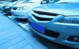 Véhicules stationnés dans le bleu photos stock