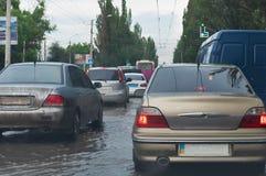 Véhicules sur la route noyée Image libre de droits
