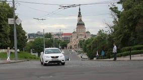 Véhicules sur les rues de Kharkiv banque de vidéos