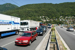 Véhicules sur un embouteillage sur la route à Melide photo libre de droits