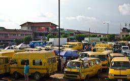 Véhicules utilisés de taxi à vendre au marché dans Oshodi Image libre de droits