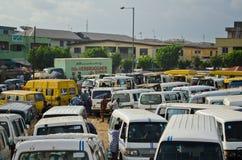 Véhicules utilisés de taxi à vendre au marché dans Oshodi Images stock