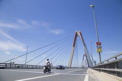 Véhicules voyageant sur le pont de Nhat Tan au-dessus de la rivière de Hong Red Image libre de droits