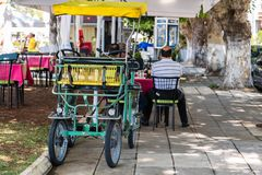 Vélo à quatre roues sur la rue dedans en centre ville Images stock