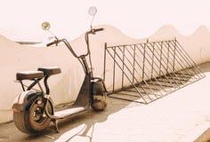 Vélo électrique garé sur une rue Photos libres de droits