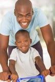 Vélo africain de fils de père Photos libres de droits