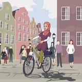 Vélo arabe d'équitation de fille à la ville européenne Photos stock