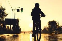 Vélo au coucher du soleil Photographie stock libre de droits