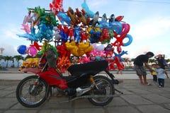 Vélo avec des baloons Photos libres de droits