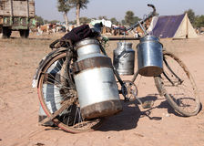 Vélo avec des boîtes de lait aux bétail justes, Photo libre de droits