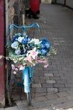 Vélo avec des fleurs image stock