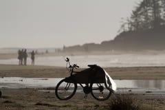 Vélo avec la couverture de planche de surf sur la plage Photo libre de droits