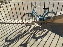 Vélo bleu photographie stock libre de droits