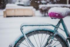 Vélo bleu couvert de neige Images libres de droits