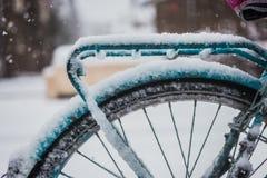 Vélo bleu couvert de neige Photo libre de droits