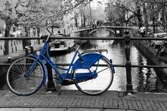 Vélo bleu isolé à Amsterdam photos stock