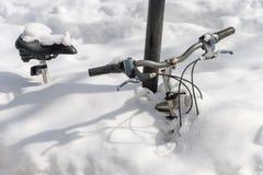 Vélo burried dans la neige après tempête de neige de Stella Photographie stock