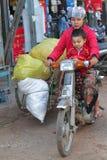 Vélo chargé au marché Photo libre de droits