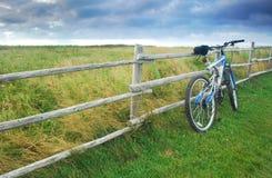 Vélo contre la frontière de sécurité Images libres de droits