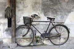 Vélo contre la maison en bois Photo libre de droits