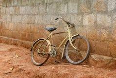 Vélo contre le mur de briques Image libre de droits