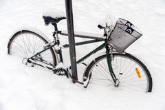 Vélo couvert dans la neige pendant la tempête de neige Photographie stock