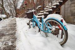 Vélo couvert de neige fraîche photo stock