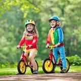 Vélo d'équilibre de tour d'enfants en parc image libre de droits