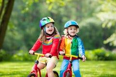 Vélo d'équilibre de tour d'enfants en parc Images stock