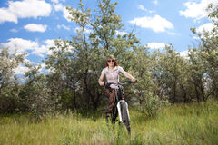 Vélo d'équitation de femme Photo stock